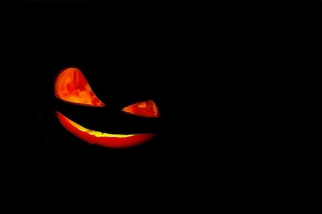 Halloween-pompoenglimlach op zwarte achtergrond