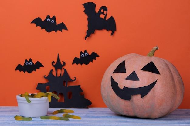Halloween-pompoenhoofd op een oranje achtergrond. rustdag. het concept van een halloween-vakantie