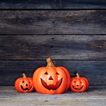 Halloween-pompoenlantaarn. trick or treat op een houten tafel