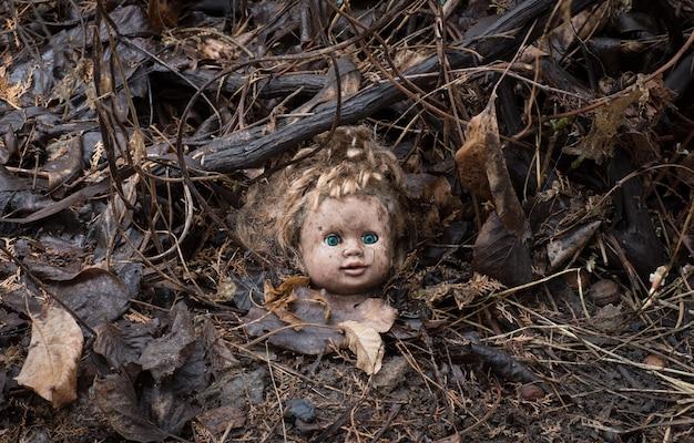 Halloween poppenhoofd op vuile grond