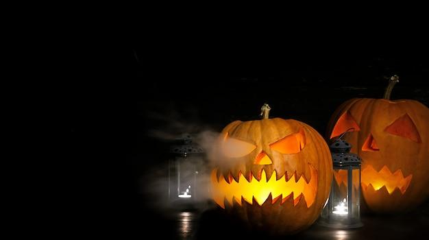 Halloween-scène met pompoen hoofdlantaarn en kaarsen. halloween-pompoen hefboom-o-lantaarn