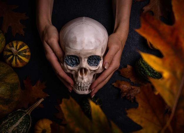 Halloween-scène met schedel op handen