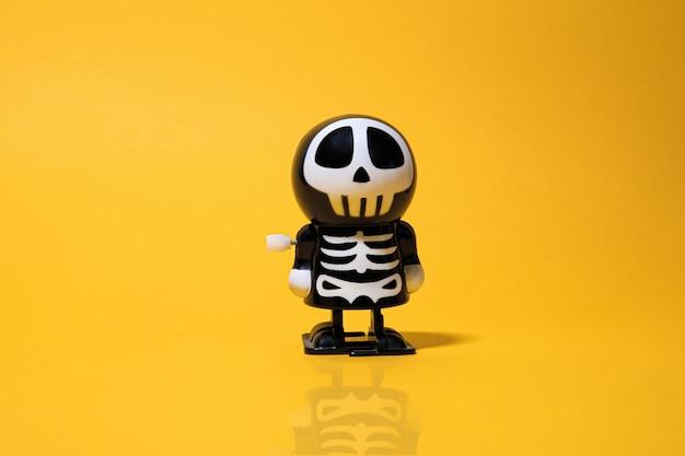Halloween skelet plastic speelgoed voor kinderen op gele achtergrond