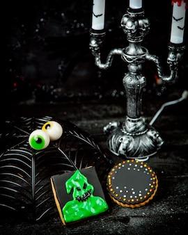Halloween-snoepjes en zilveren kandelaar met kaarsen