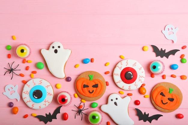 Halloween-snoepjes op gekleurde achtergrond close-up bovenaanzicht met plaats voor tekst