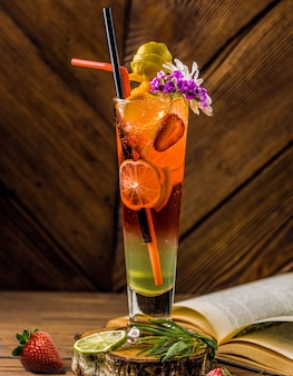 Halloween-stijl cocktailglas met rijke kleuren en fruit