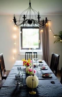 Halloween-tafel met pompoen, kandelaar en andere