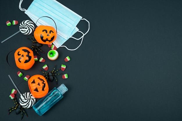 Halloween tijdens het concept van de coranaviruss-pandemie op een zwarte achtergrond. bovenaanzicht.
