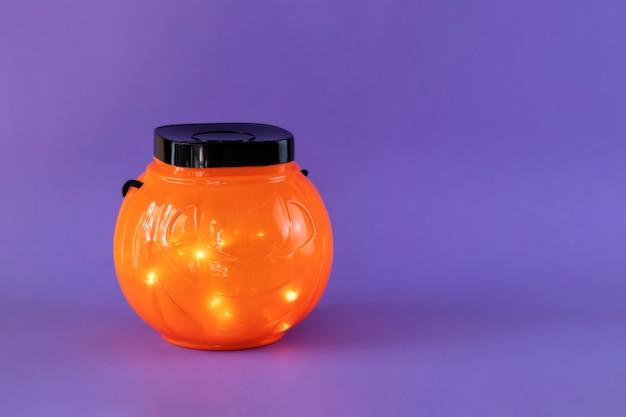 Halloween trick or treat bowl met lampjes op paarse achtergrond