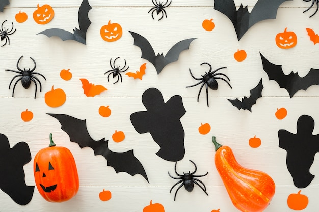 Halloween-vakantiedecoratie met jack-o'-lanter pompoenen papieren vleermuizen spinnen