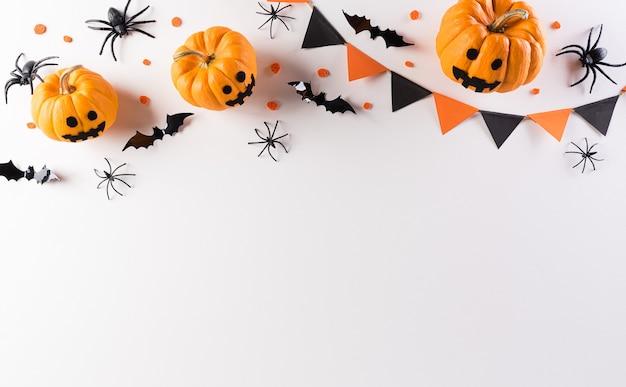 Halloween versieringen gemaakt van pompoen, papieren vleermuizen en zwarte spin