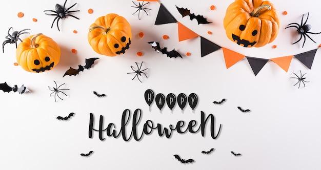 Halloween versieringen gemaakt van pompoen, papieren vleermuizen en zwarte spinnen