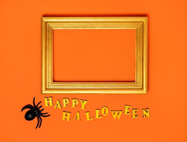 Halloween-versieringen snuisterijen een happy halloween-inscriptie en een frame met een plek voor tekst