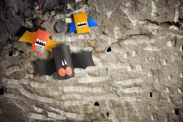Halloween-vleermuisfamilie voor halloween-conceptenachtergrond. papier ambachten diy.