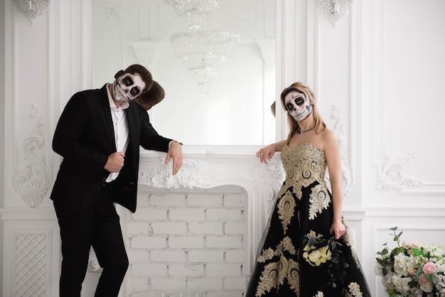 Halloween zombie-feest en horror. halloween-paar met make-up