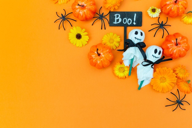 Halloweenfeest versierd kindereten decoratie lolly's in een wit servet en spinnen pompoenen