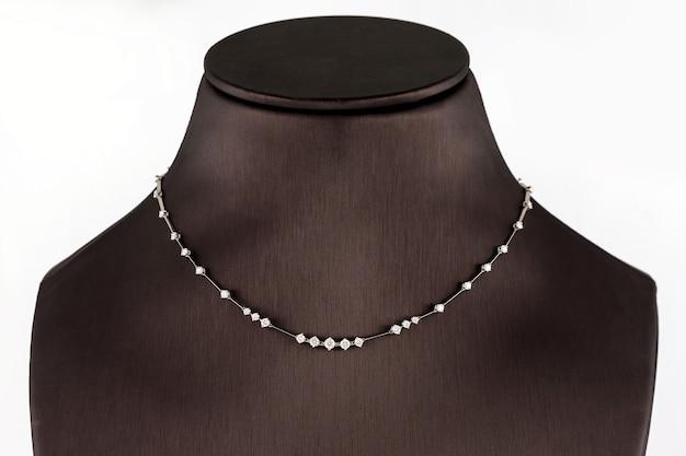 Halsketting van witgoud met diamanten op een standaard in sieradenboetiek