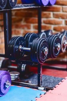 Halters en gewichten op planken