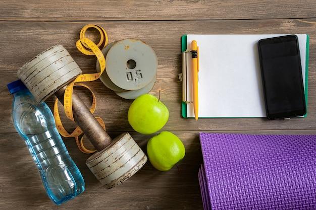 Halters op witte houten achtergrond, fitness en gezondheidsconcept.