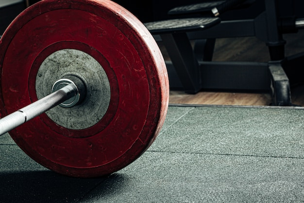 Halterschijven in een sportschool, powerlifting apparatuur