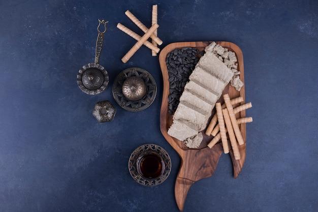 Halva gesneden en geserveerd met wafelstokjes en een glas thee