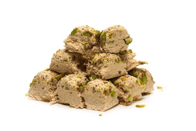 Halva met pistachenoten geïsoleerd op wit