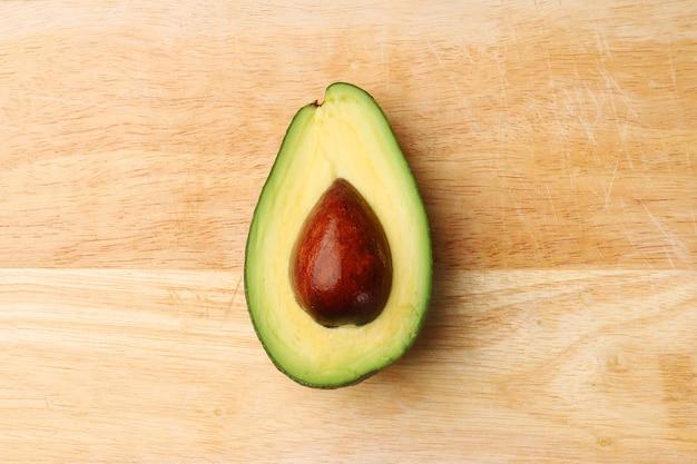 Halve avocado op houten achtergrond hoogste meningsclose-up