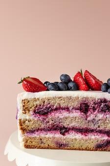 Halve bosbessencake versierde verse bessen heerlijke verjaardagstaart