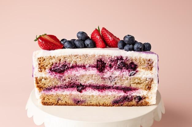 Halve cake met bosbessenvulling en room zoete laagjescake
