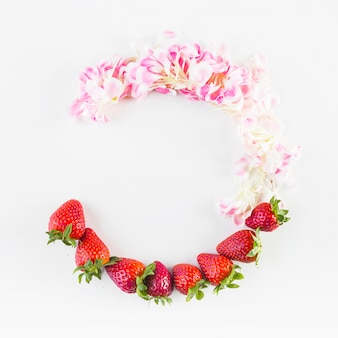 Halve cirkel van bloemblaadjes en aardbeien