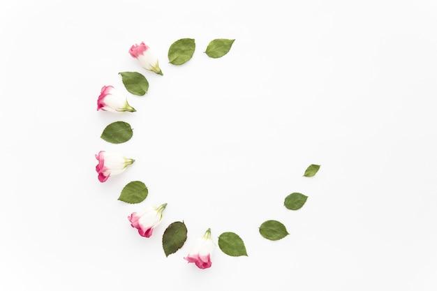 Halve cirkel van rozenkoppen en bladeren