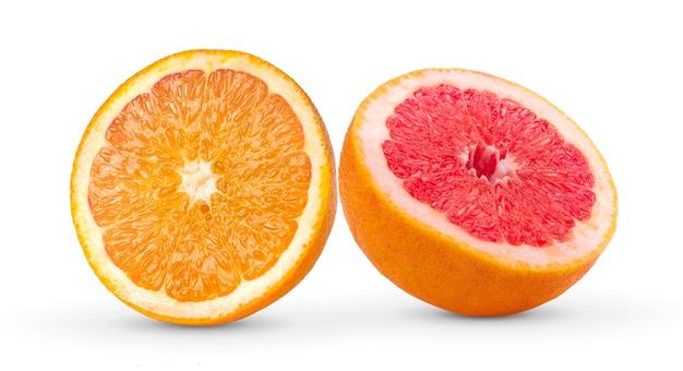 Halve grapefruit en sinaasappel op witte muur