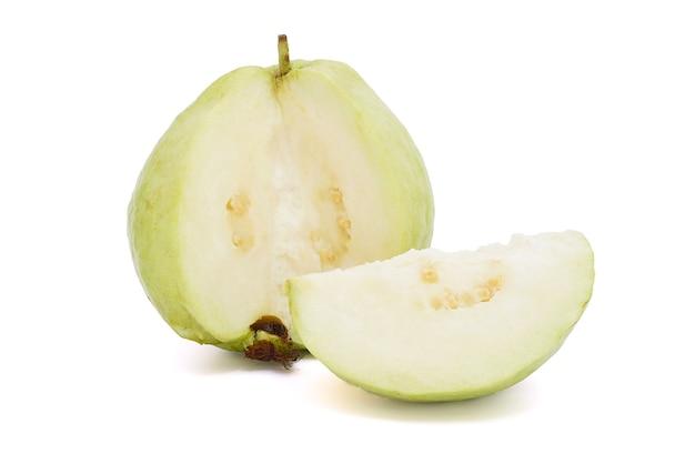 Halve guave geïsoleerd op een witte achtergrond.