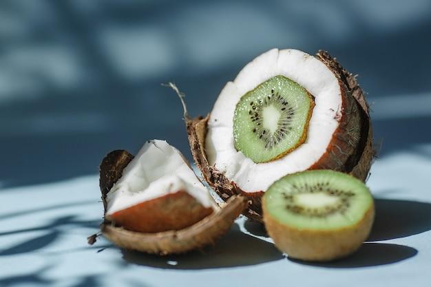 Halve kokos met kiwi en stukjes kokos