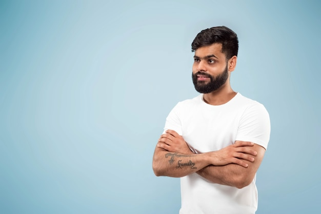 Halve lengte close-up portret van een jonge man