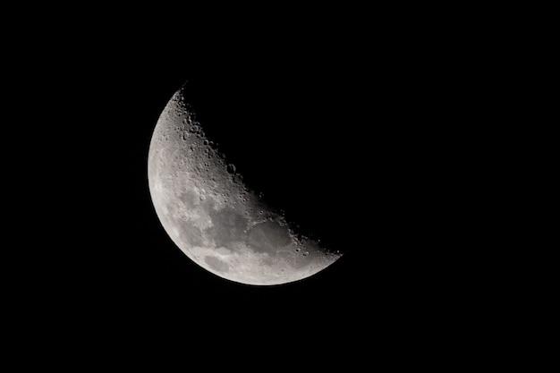 Halve maan op de nachtelijke hemel