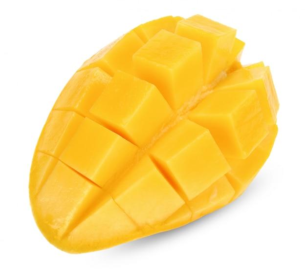 Halve mango die op witte het knippen weg wordt geïsoleerd