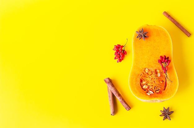 Halve rauwe biologische flespompoen met kaneel en anijs. herfst eten koken concept.