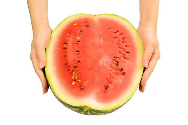 Halve watermeloen in handen. op witte fone.