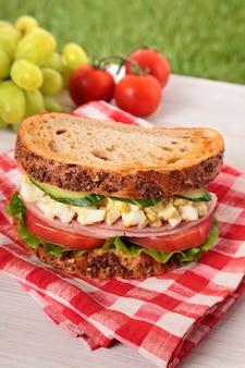 Ham en ei sandwich op picknicktafel