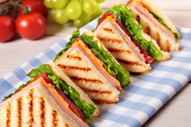 Ham en kaas club sandwich in een rij