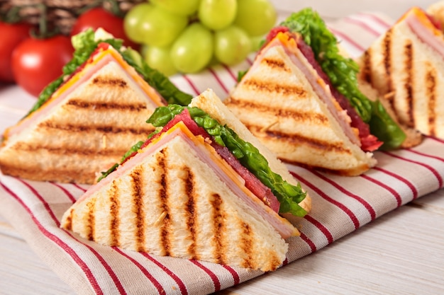 Ham en kaas club sandwich op picknicktafel
