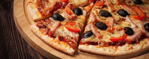 Ham pizza close-up brievenbus