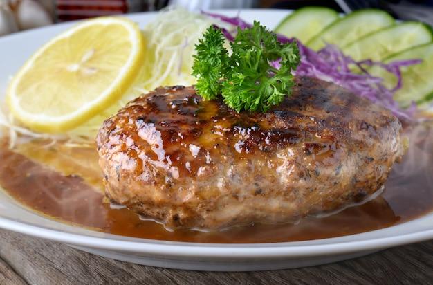 Hamberger of hamberg in japanse stijl serveren met jussaus.