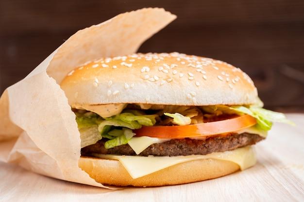 Hamburger algemeen uitzicht vanaf de zijkant op een houten achtergrond.