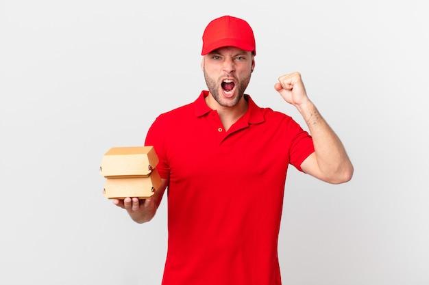 Hamburger bezorger die agressief schreeuwt met een boze uitdrukking