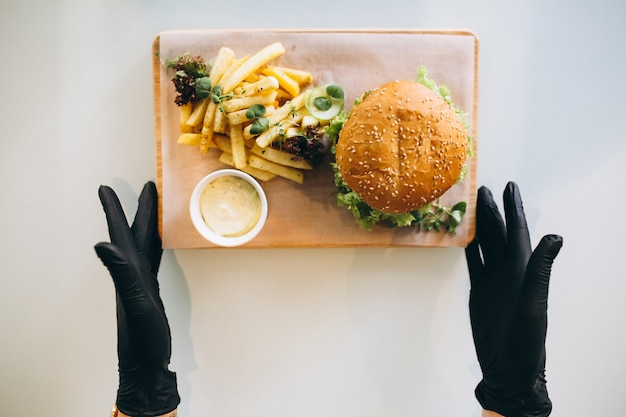 Hamburger en aardappelen geïsoleerd