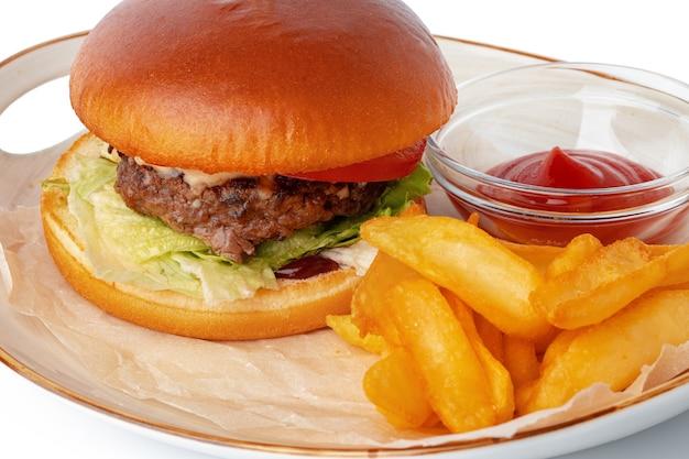Hamburger en aardappelpartjes op plaat geïsoleerd op een witte achtergrond