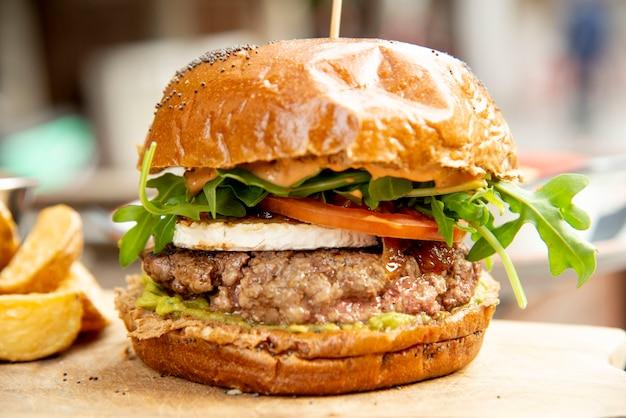 Hamburger en friet een bord friet en een hamburger