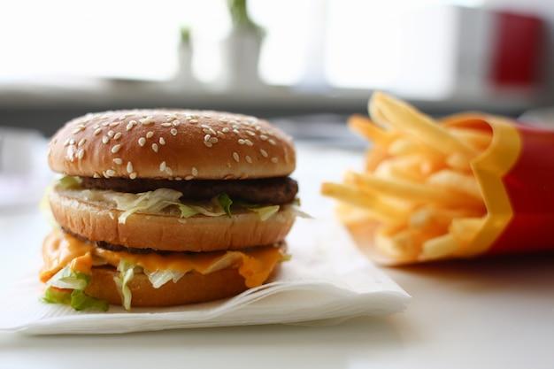 Hamburger en friet met koptelefoon